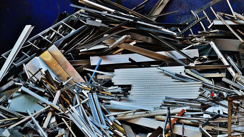 Diverses gemischtes Aluminium liegt unsortiert aufeinander.