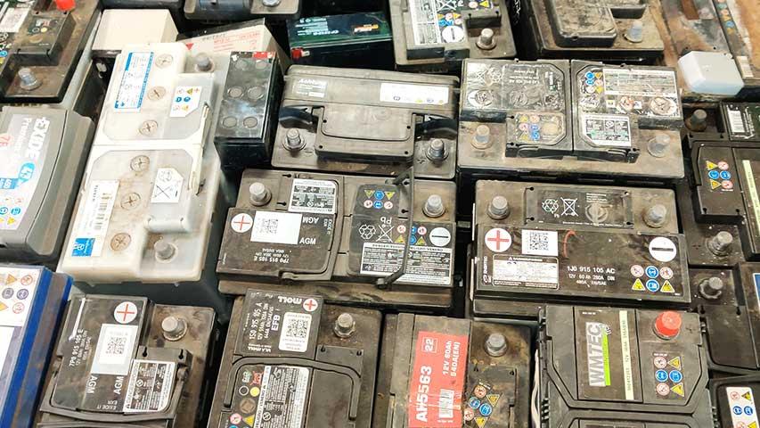 Viele PKW-Blei-Batterien als Symbolbild für die aktuellen Altmetall-Preise.