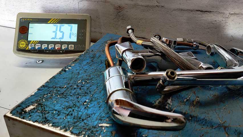 Diverses Metall wird auf einer kleineren Waage von NeuWert Braunschweig gewogen um es zu barem Geld zu machen.