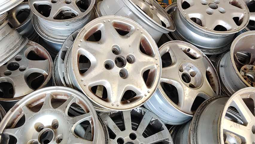 Eine Vielzahl von Aluminium Felgen als Symbolbild für die Altmetallpreise von Felgen.