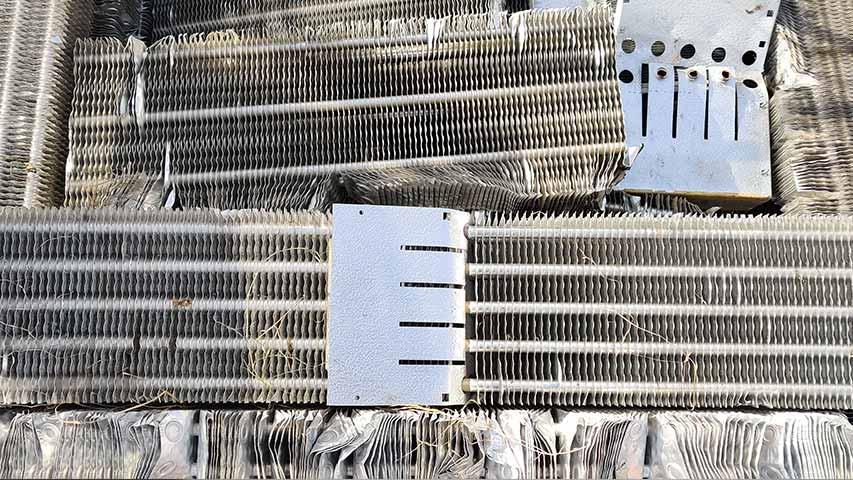 Detailaufnahme von Aluminium-Kupfer-Kühlern bei NeuWert Braunschweig mit einer aktuellen Preisliste.