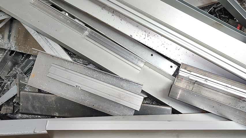 Detailaufnahme von Aluminium Profilen bei NeuWert Braunschweig mit einer aktuellen Preisliste.