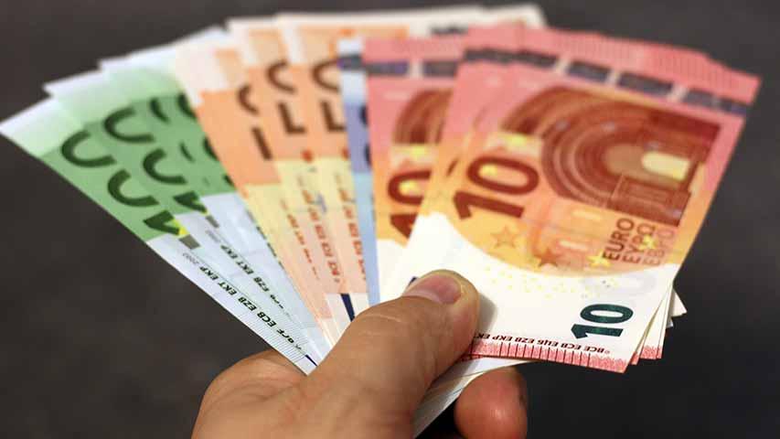 Eine Hand hält mehrere Euro Scheine in der Hand, um diese dem Kunden zu überreichen um Deinen Schrott zu barem Geld zu machen!
